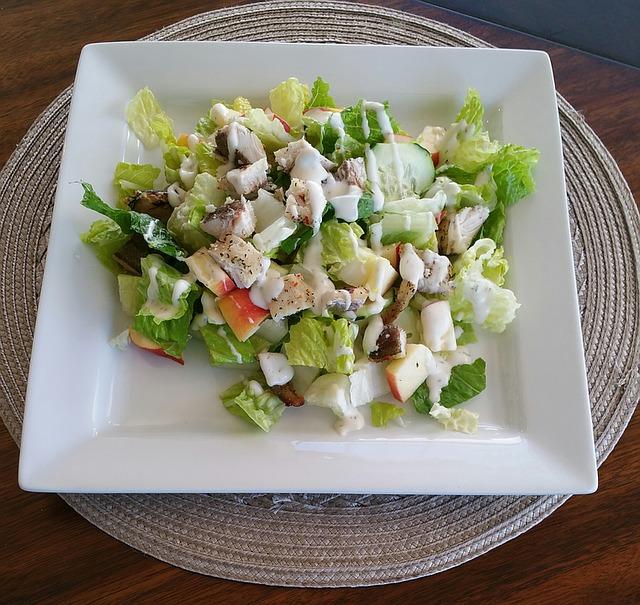 hranatý talíř, salát