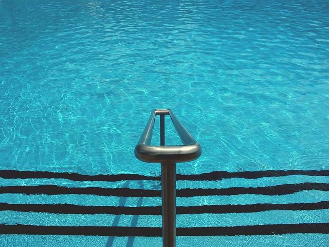 zábradlí u bazénu
