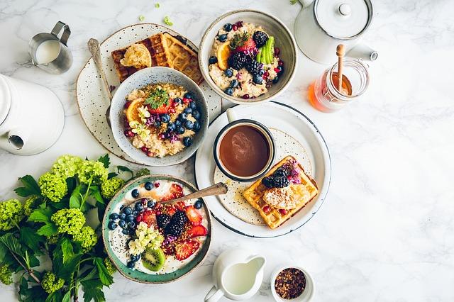 stůl po snídani